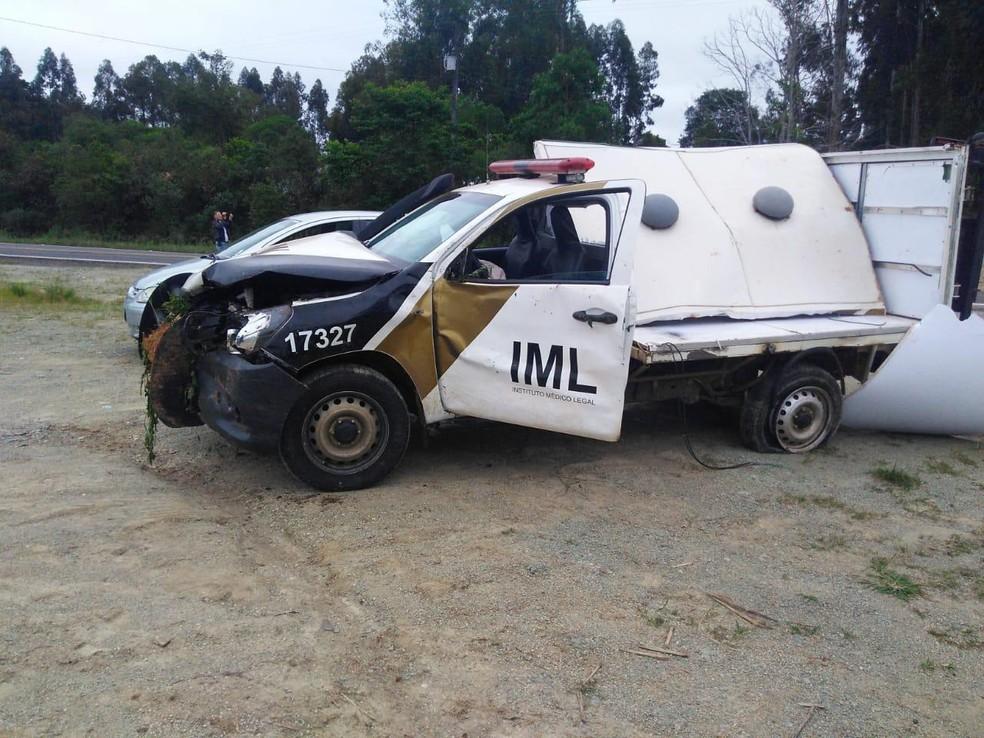 O carro do IML que levava os corpos das vítimas também se acidentou durante a madrugada deste sábado (10) — Foto: PRF/ Divulgação