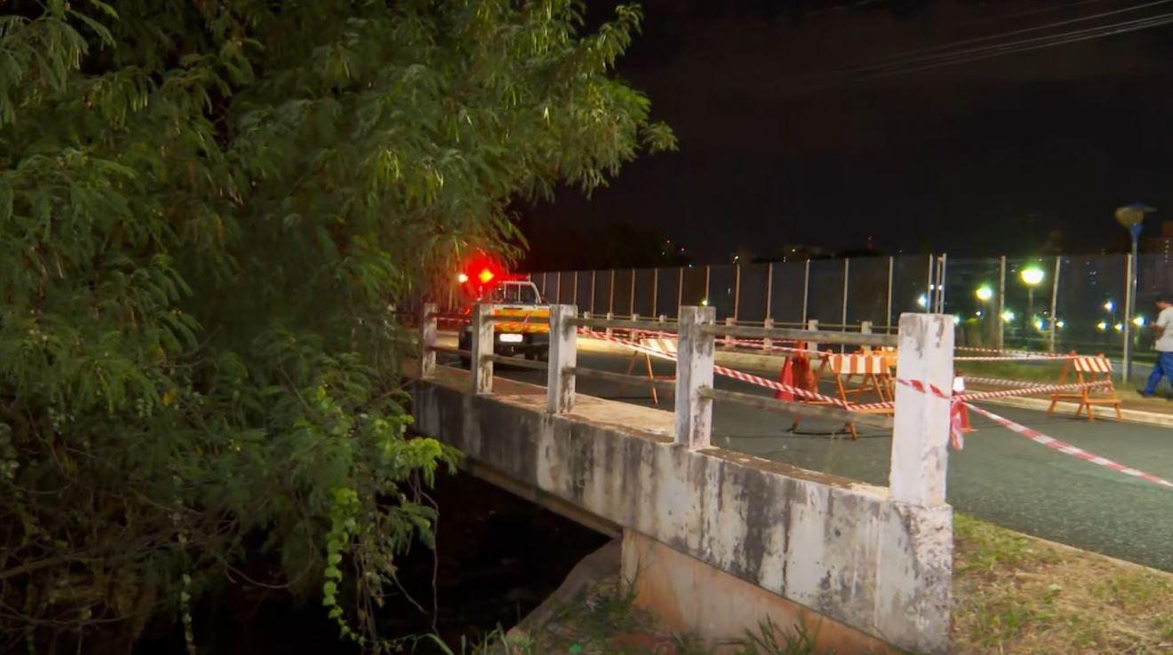 Asfalto cede e trecho de avenida é interditado no Centro de Ribeirão Preto, SP
