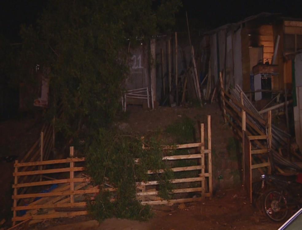 Duas pessoas foram mortas e uma terceira foi baleada no bairro Rubem Berta — Foto: Reprodução/RBS TV