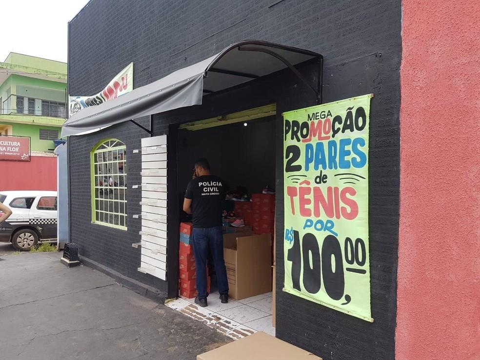 Em frente ao estabelecimento havia um anúncio de dois pares de tênis pelo valor de R$ 100 — Foto: Polícia Civil de Mato Grosso/Assessoria