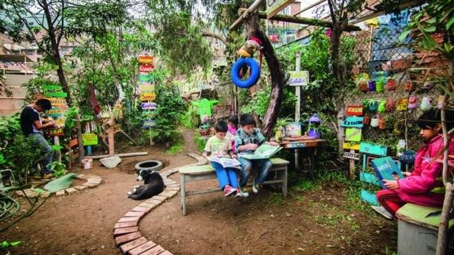 Além de hortas, crianças criam espaços para leitura  (Foto: Desyree Valdiviezo Palacios/Divulgação / BBC News Brasil)