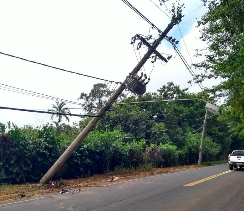Carro atinge e danifica poste de iluminação em avenida de Bauru