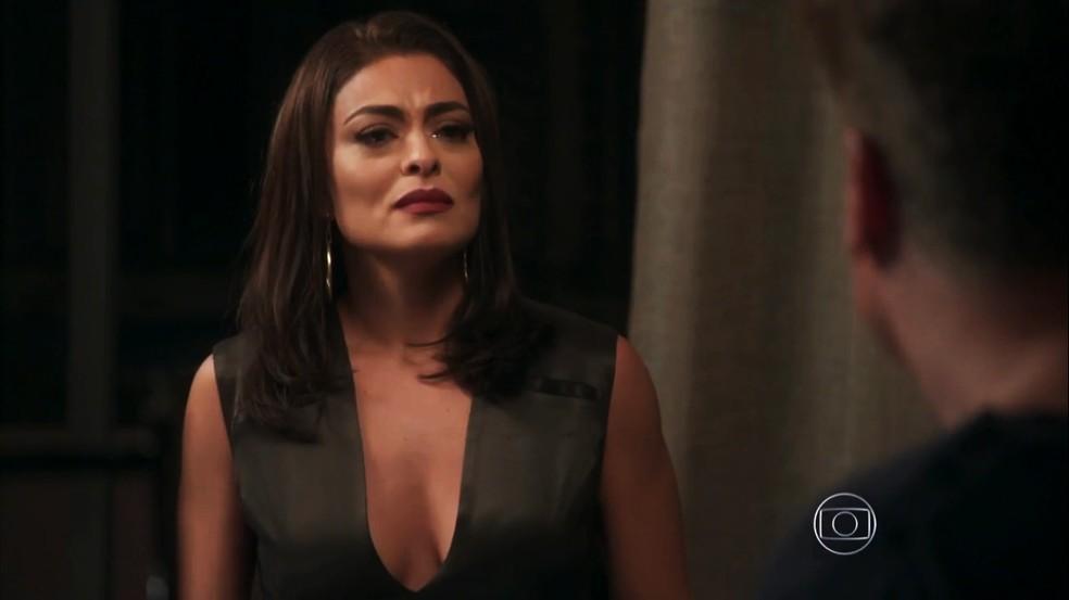 Carolina (Juliana Paes) diz que Arthur (Fábio Assunção) acabou com a sua carreira, em 'Totalmente Demais' — Foto: Globo