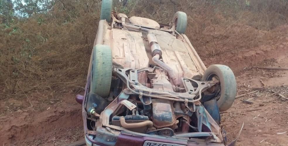 Um homem de 30 anos morreu e duas pessoas, dentre elas uma criança, ficaram feridas  (Foto: Polícia Militar/Divulgação)