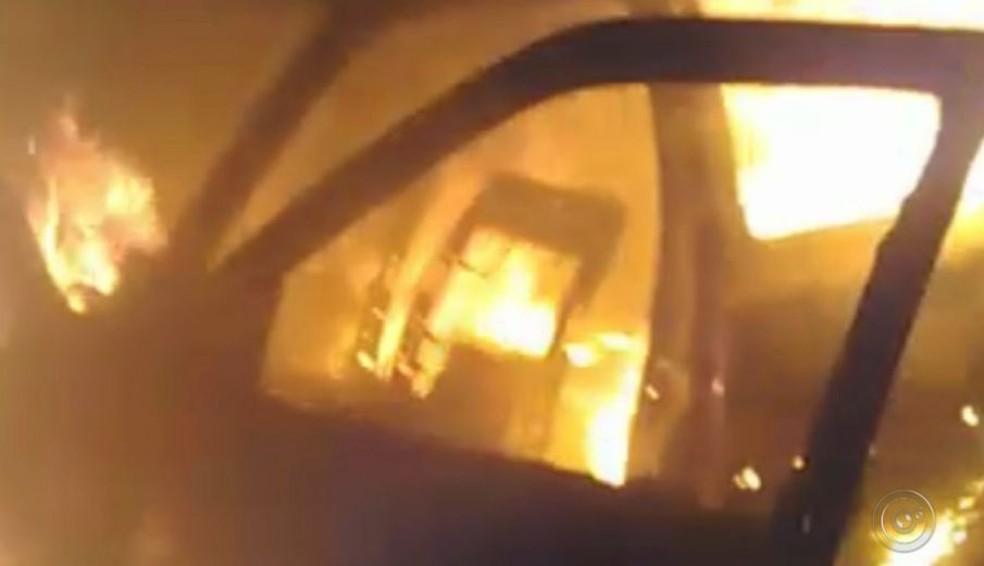 Veículo ficou em chamas após bater de frente com a viatura durante perseguição policial em Paraguaçu Paulista (Foto: Reprodução/ TV TEM )