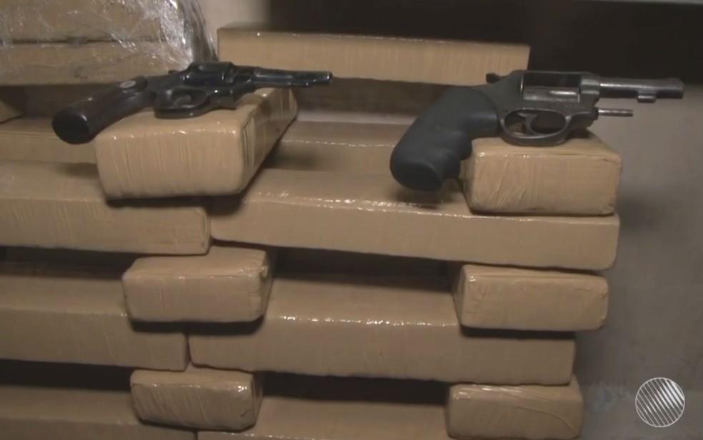 Drogas e armas foram apreendidas em Feira de Santana (Foto: Reprodução / TV Subaé)