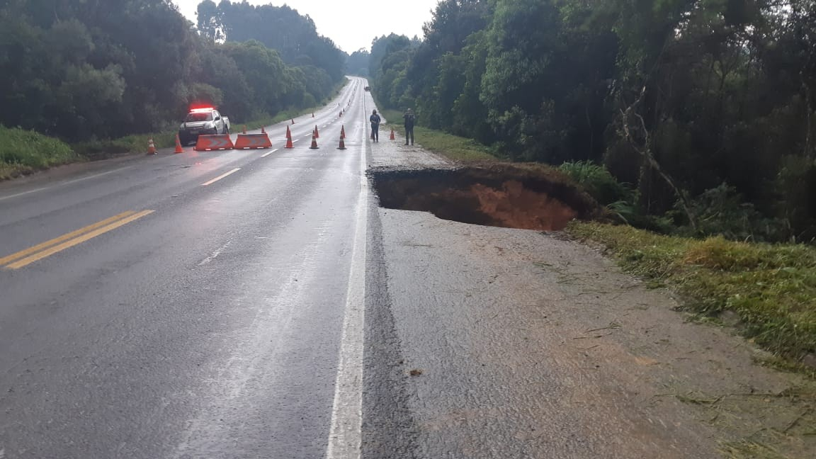 Chuva abre cratera e deixa BR-280 interditada em Mafra