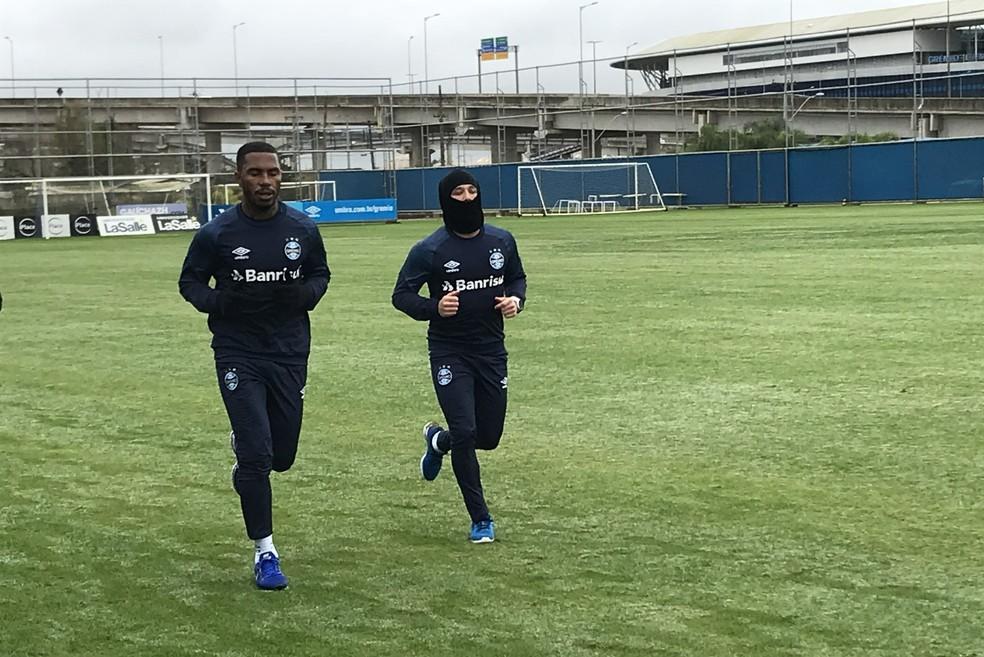 Léo Gomes e Arthur correm em treino do Grêmio (Foto: Tomás Hammes/GloboEsporte.com)