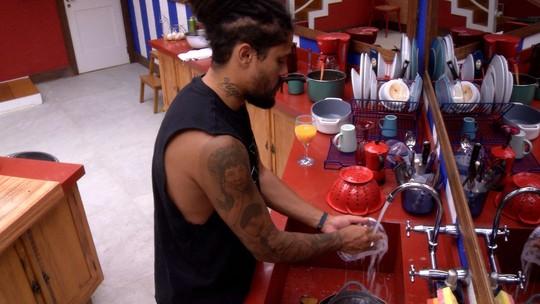 Após preparar suco, Viegas lava louça