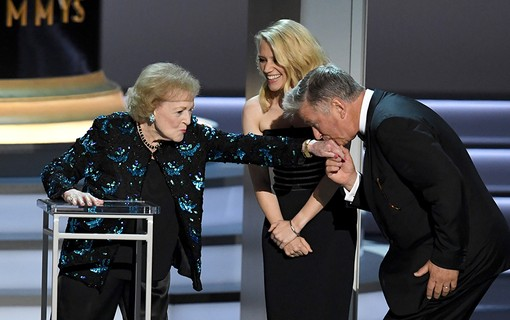 Betty White, Kate McKinnon e Alec Baldwin