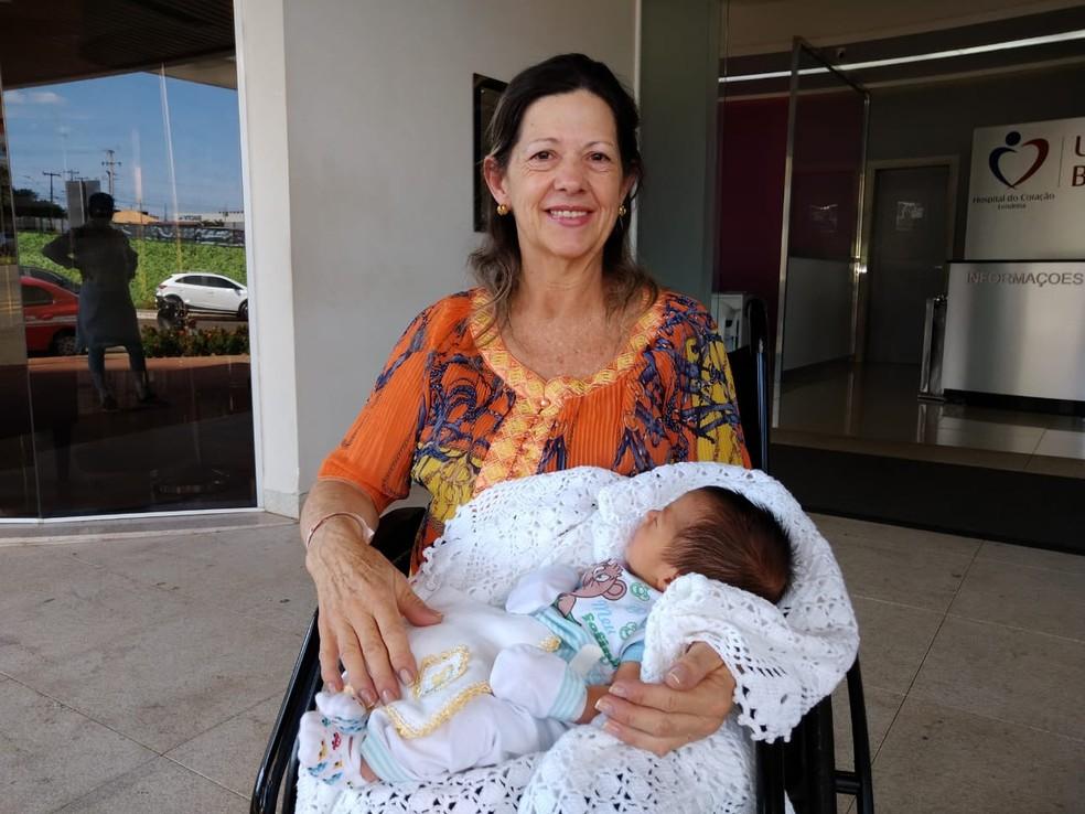 Ana Maria não escondeu a felicidade ao deixar o hospital de Londrina — Foto: Leopoldo Karam/RPC