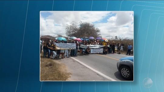 Em protesto contra atraso de salários, professores fecham BR-116, na Bahia, e congestionamento chega a 10 km