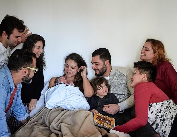 Marina com o marido Guilherme, o filho Francisco e a equipe que a acompanhou durante o parto, minutos após o parto (Foto: Bia Takata)