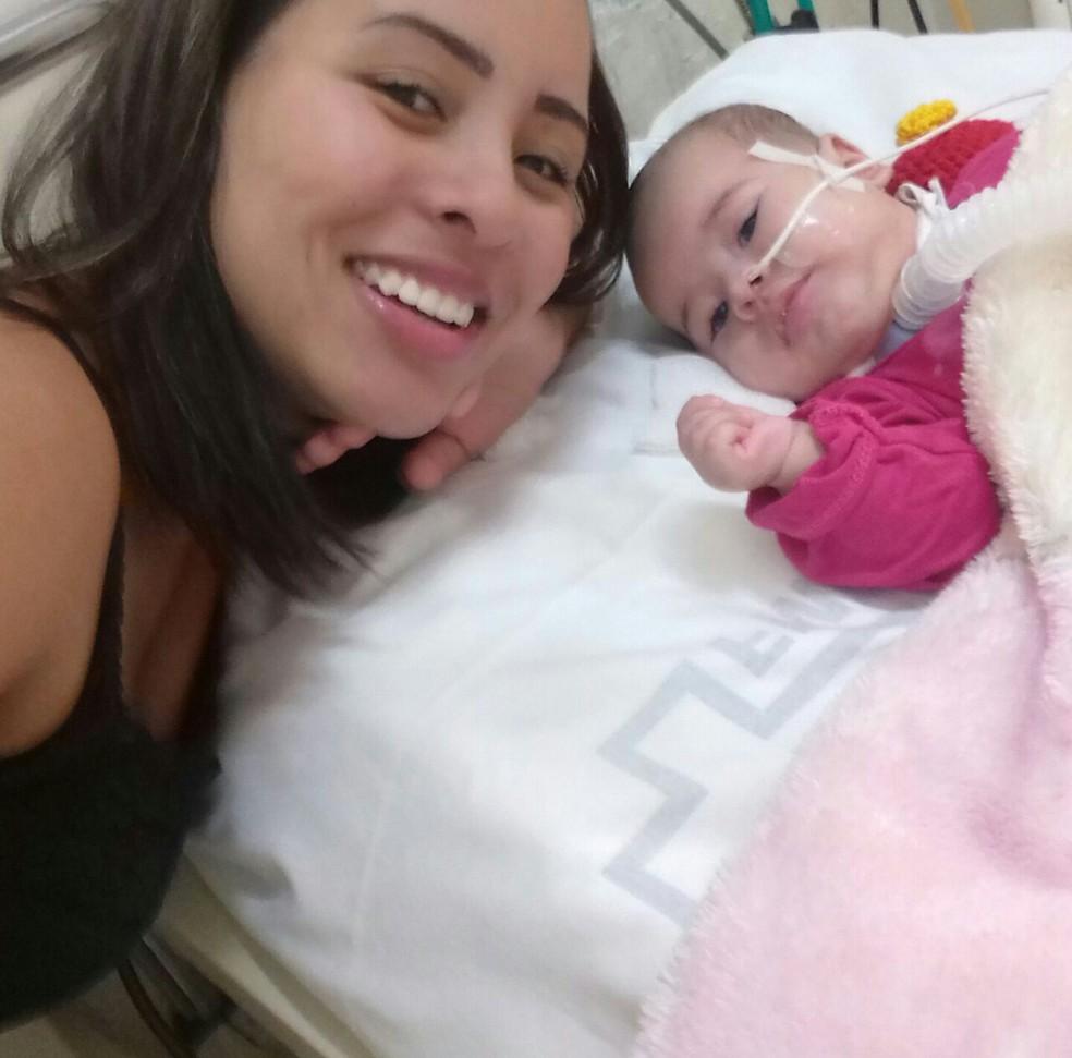 Lavínia e a mãe 'moram' no Hospital das Clínicas de Botucatu  (Foto: Daiane Cunha Lopes / Arquivo pessoal )