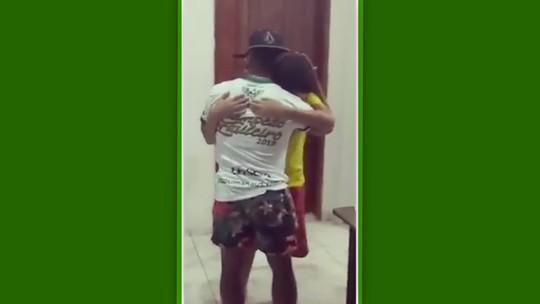 Vice da Série D, Vitinho se emociona com fã mirim um dia após ter casa furtada; vídeo