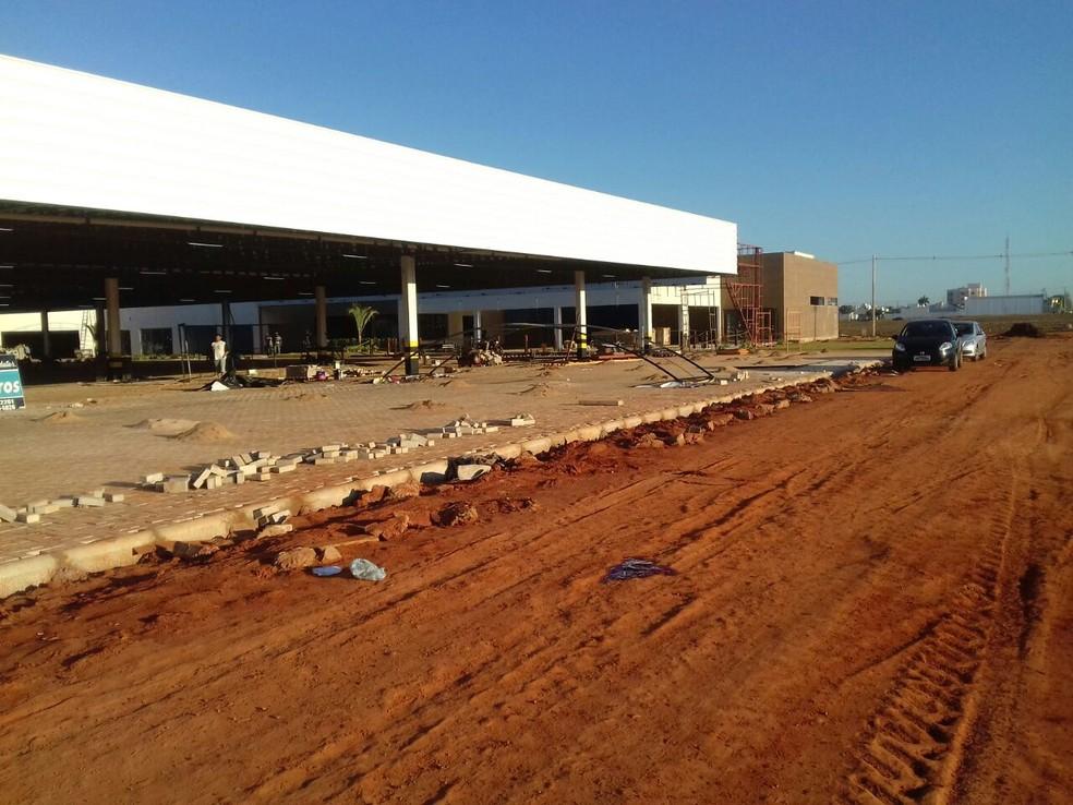 A situação ocorreu no pátio da construção do supermercado Tropical, no Bairro Parque Sagrada Família, em Rondonópolis — Foto:  Maycon Araújo/TVCA