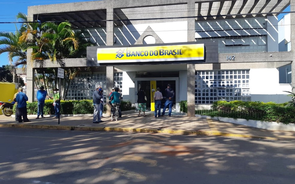 Polícia procura por criminosos que explodiram agência bancária em Jacuí — Foto: Fernanda Marion/EPTV