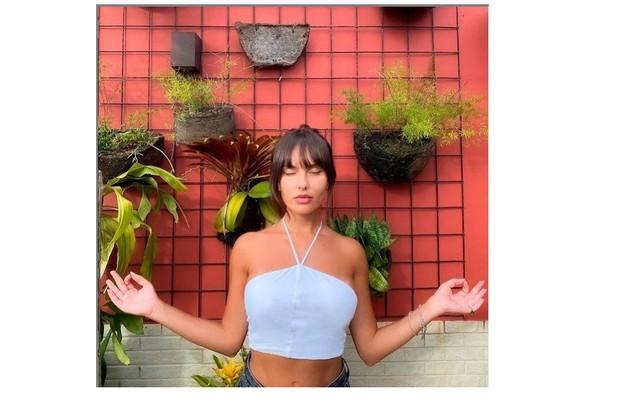 Thaíz Braz posa em cantinho com plantas. Recentemente, a imagem foi usada para brincar com a fase 'namastreta' da confinada do 'BBB' (Foto: Reprodução)