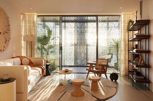 Paleta de tons terrosos realça luz natural em apartamento em Londres (Foto: TINA HILLIER)