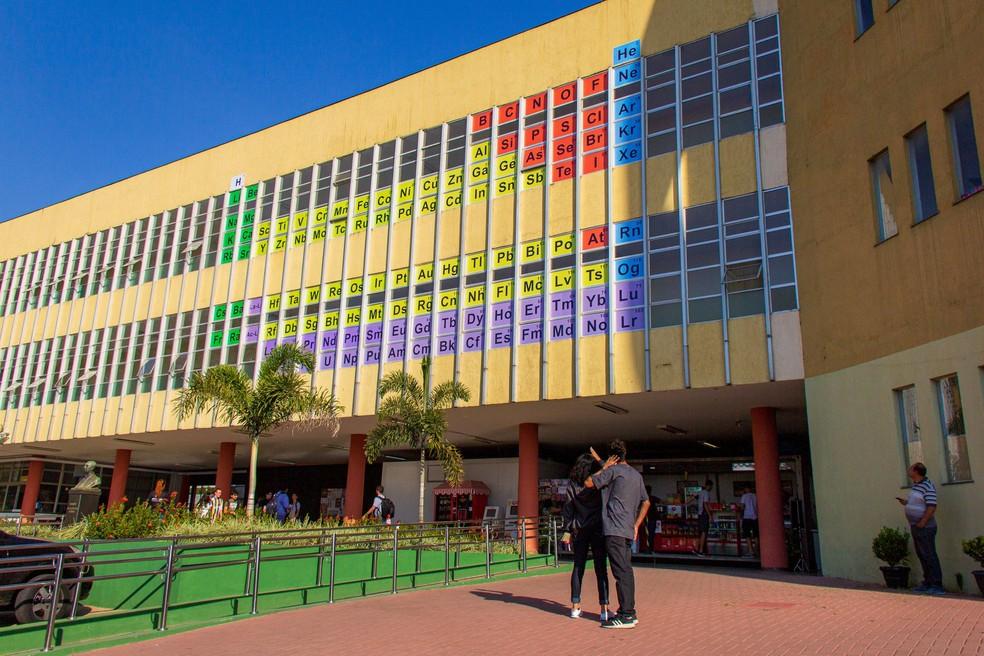 Departamento de química do Cefet-MG homenageia 150 anos da tabela períodica em fachada do campus 1, em BH — Foto: Júlio Sardinha/Setor de audiovisual Cefet-MG
