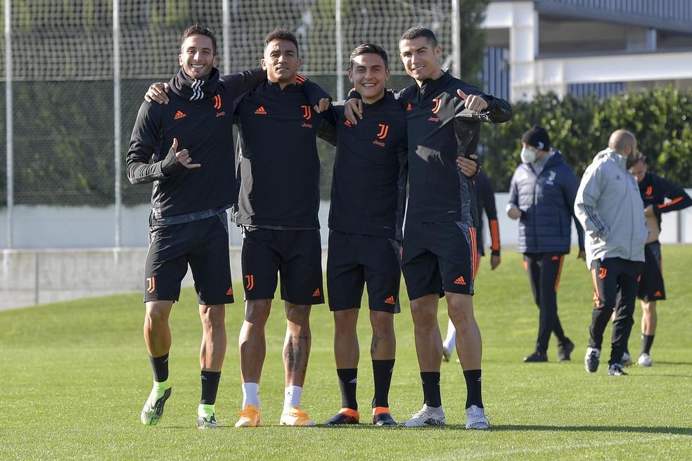 Bentancur, Danilo, Dybala e Cristiano Ronaldo posam na atividade da Juventus — Foto: Getty Images