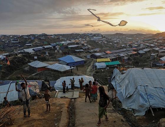 Crianças rohingyas empinam pipas improvisadas no campo de refugiados de Kutupalong, em Bangladesh (Foto: FOTÓGRAFOS/REUTERS)