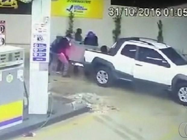 Grupo usa caminhão para derrubar e roubar cofre em posto de Goiás; vídeo (Foto: Reprodução/TV Anhanguera)