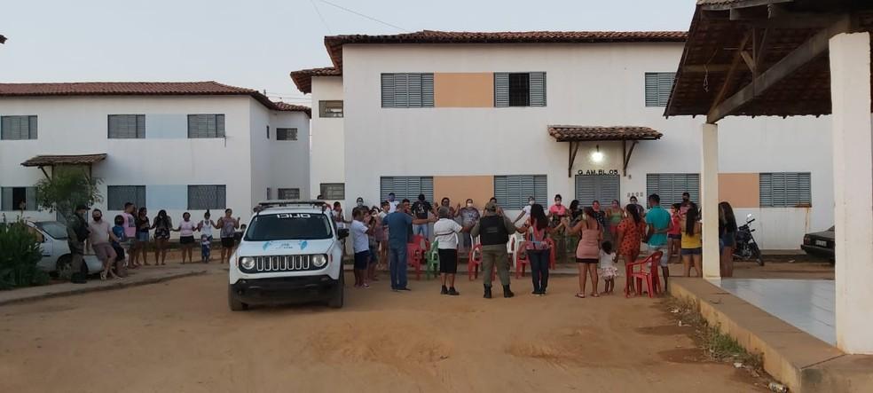 Oração foi realizada na tarde desta terça-feira (22) no condomínio onde ocorreu o crime — Foto: Ravi Marques /TV Clube