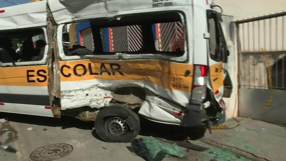 Acidente entre caminhão e van escolar deixa 12 feridos em Carapicuiba/SP (Gnews) (Foto: Reprodução GloboNews)