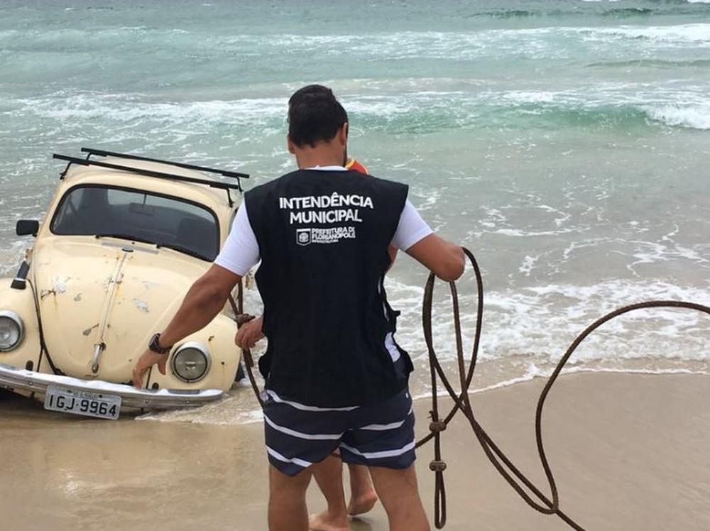 Dono do veículo ainda não foi identificado (Foto: Prefeitura de Florianópolis/divulgação)