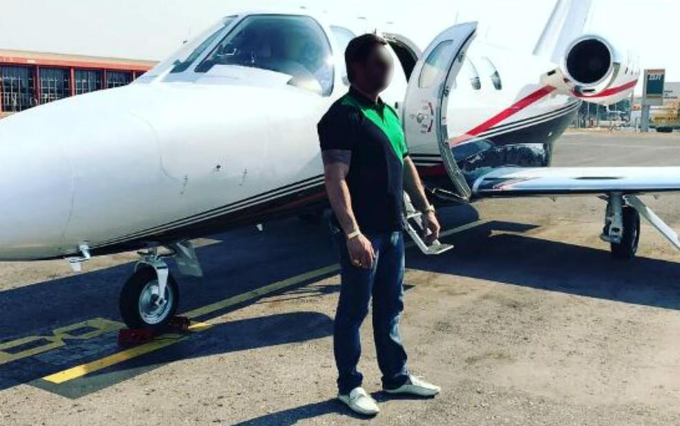 Foto de um dos donos da Kriptacoin com o avião comprado com dinheiro do esquema de 'pirâmide financeira' (Foto: Instagram/Reprodução)