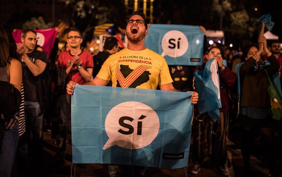 Apoiadores da independência comemoram resultado de referendo na Plaza Catalunya, em Barcelona, na noite de domingo (1º) (Foto: AP Photo/Santi Palacios)