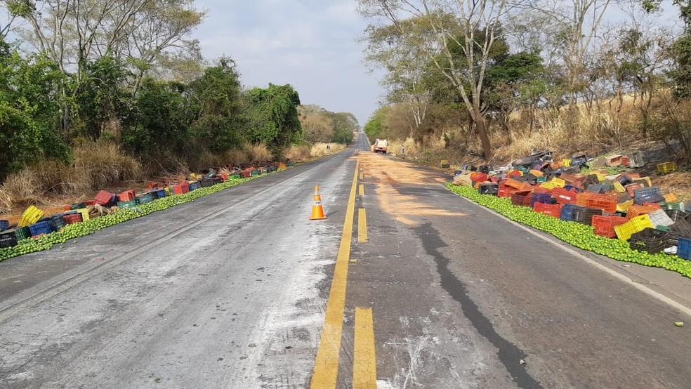 Após segundo acidente, pista foi novamente interditada em Patos de Minas (MG) — Foto: Polícia Rodoviária Federal/Divulgação