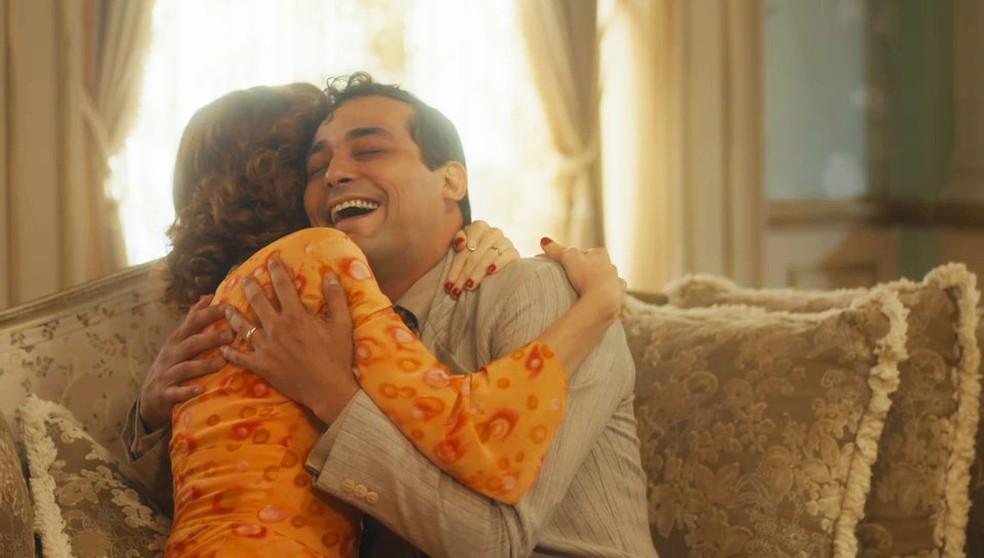 Zeca (Eduardo Sterblitch) abraça Olga (Maria Eduarda de Carvalho) em 'Éramos Seis' — Foto: Globo