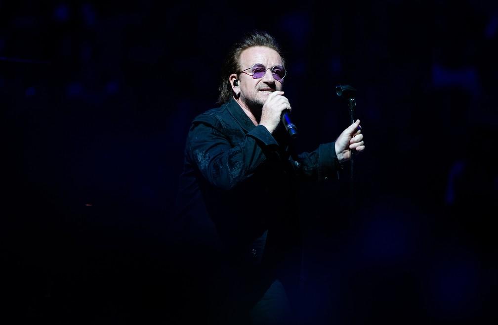 Bono se apresenta com o U2 em Berlim, em 31 de agosto de 2018 (Foto: Paul Zinken / dpa / AFP)