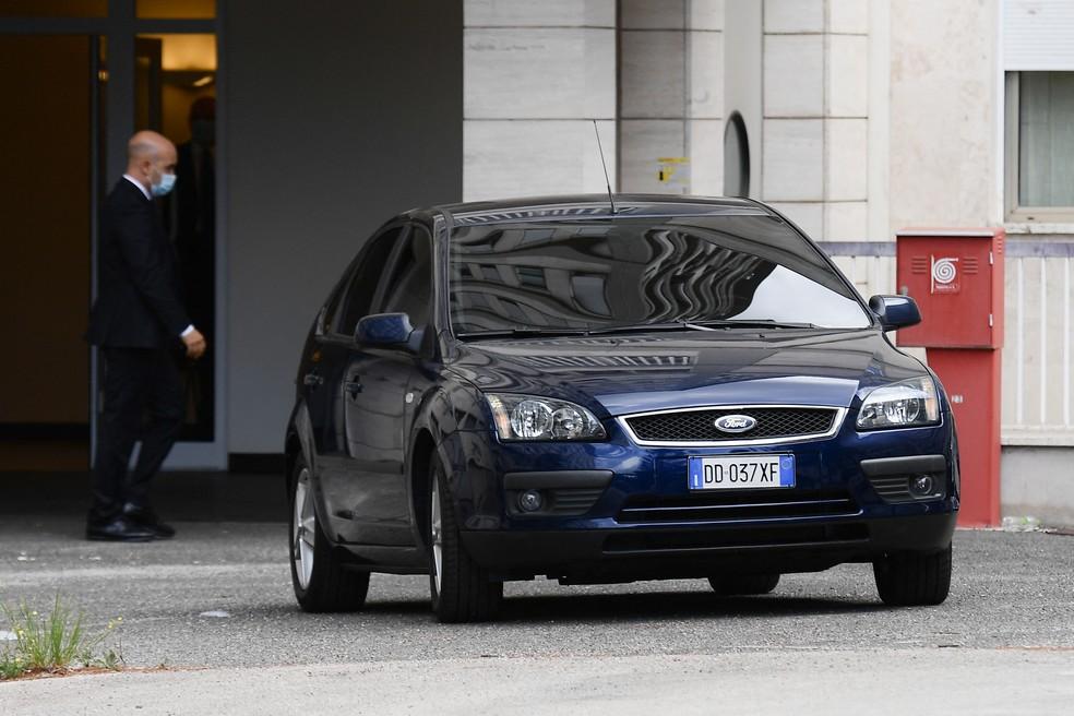 Carro com vidros escurecidos deixa a Policlínica Agostino Gemelli com o Papa Francisco a bordo em 14 de julho de 2021. Pontífice recebeu alta 10 dias após cirurgia no cólon em hospital em Roma. — Foto: Filippo Monteforte/AFP