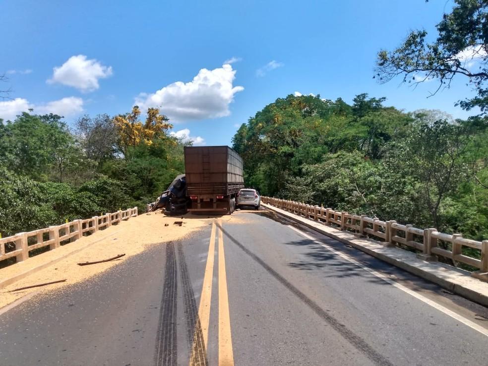 Carreta bateu em caminhão e depois colidiu com carro — Foto: PRF/Divulgação