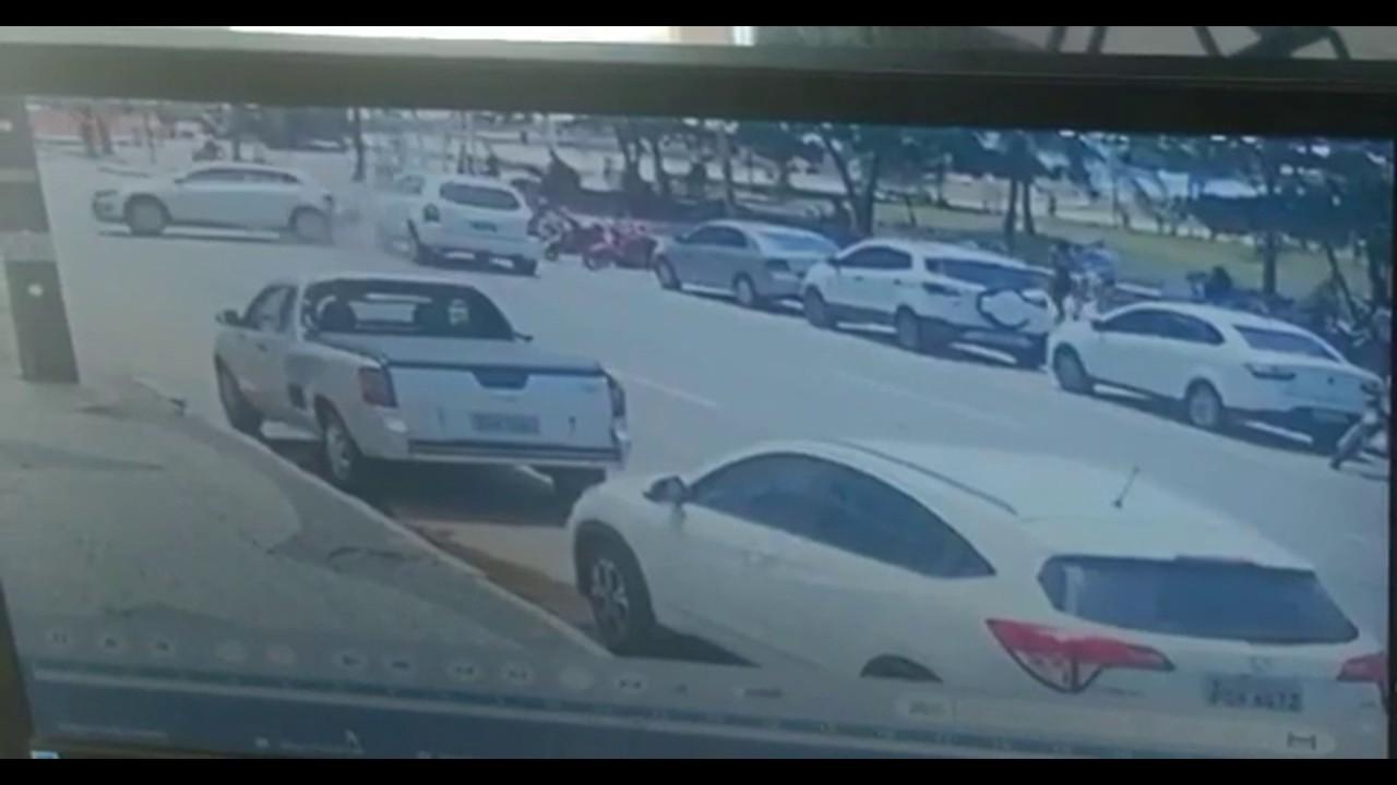 Vídeo mostra momento em que carro bate, invade calçada e atropela ciclistas em Boa Viagem