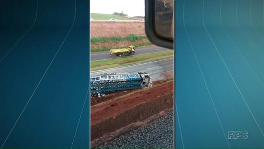 Caminhão tomba e mata pedestre que caminha no acostamento de rodovia em Atalaia