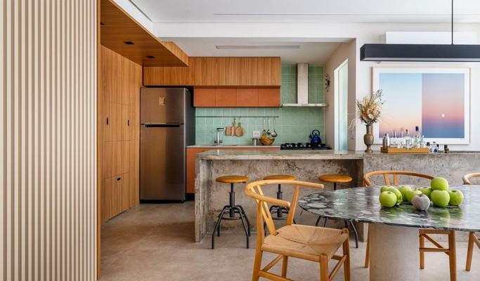 Marcenaria ganha diversas cores em reforma de apartamento