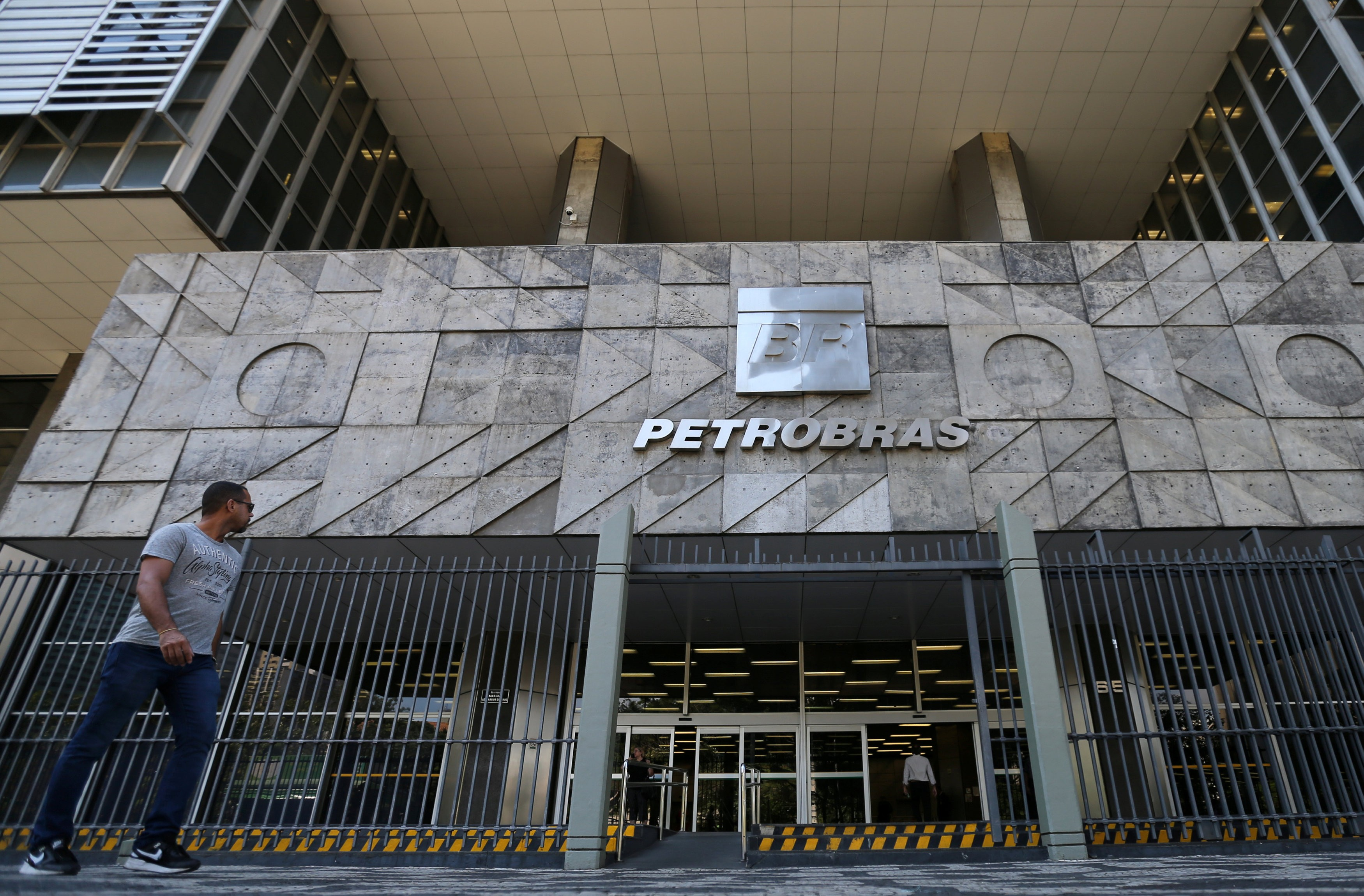 Petrobras ganha R$ 30,7 bilhões em valor de mercado; entenda a alta das ações da empresa thumbnail