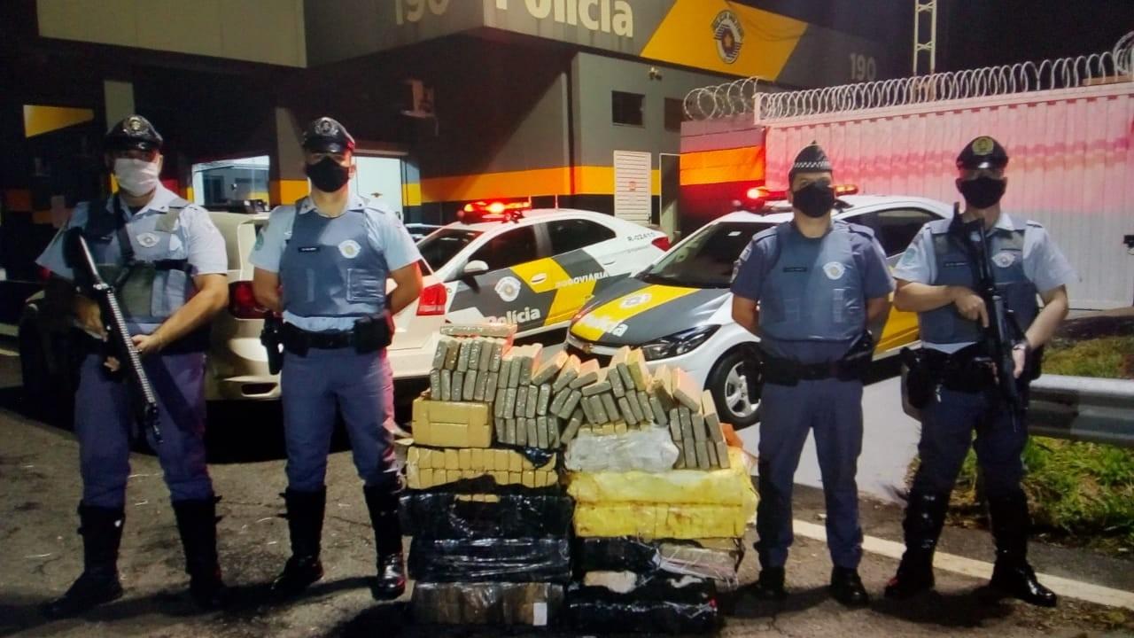 Polícia apreende mais de 300 tijolos de maconha durante operação em rodovia de Penápolis