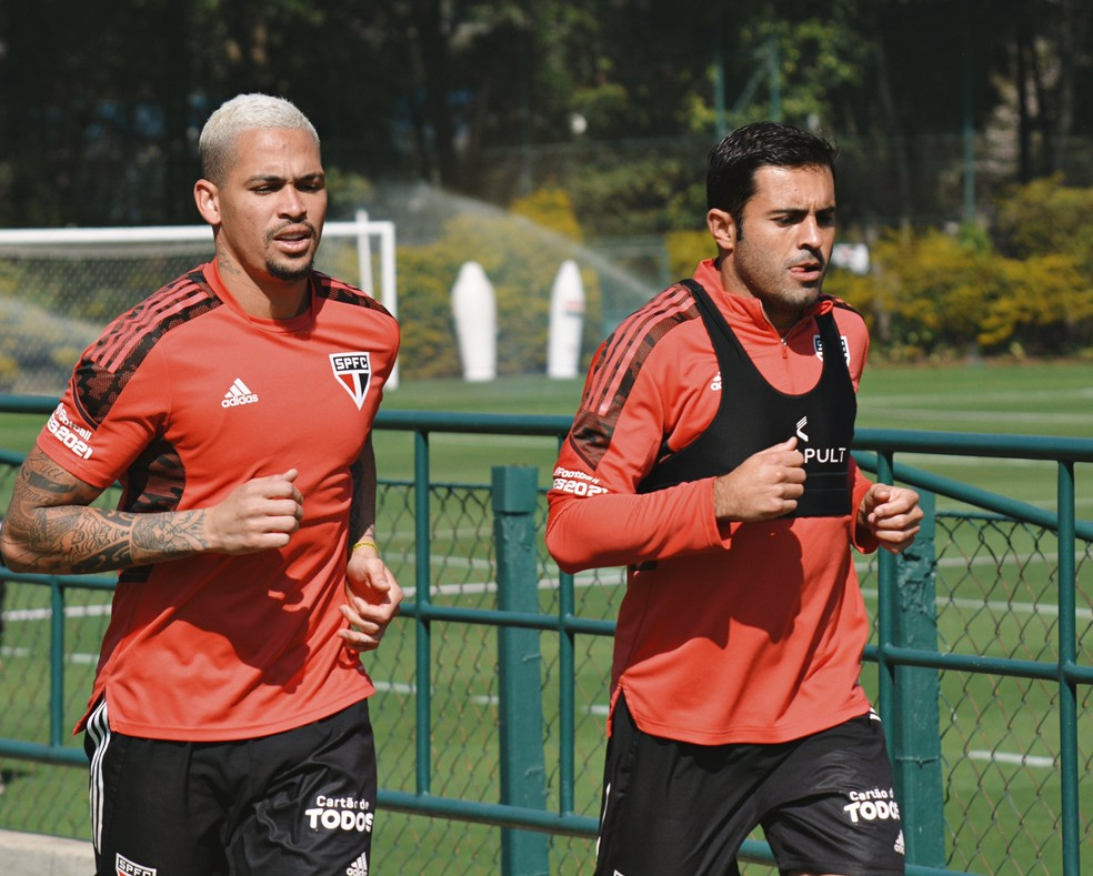 Luciano e Eder correm no campo do CT do São Paulo — Foto: Erico Leonan / saopaulofc