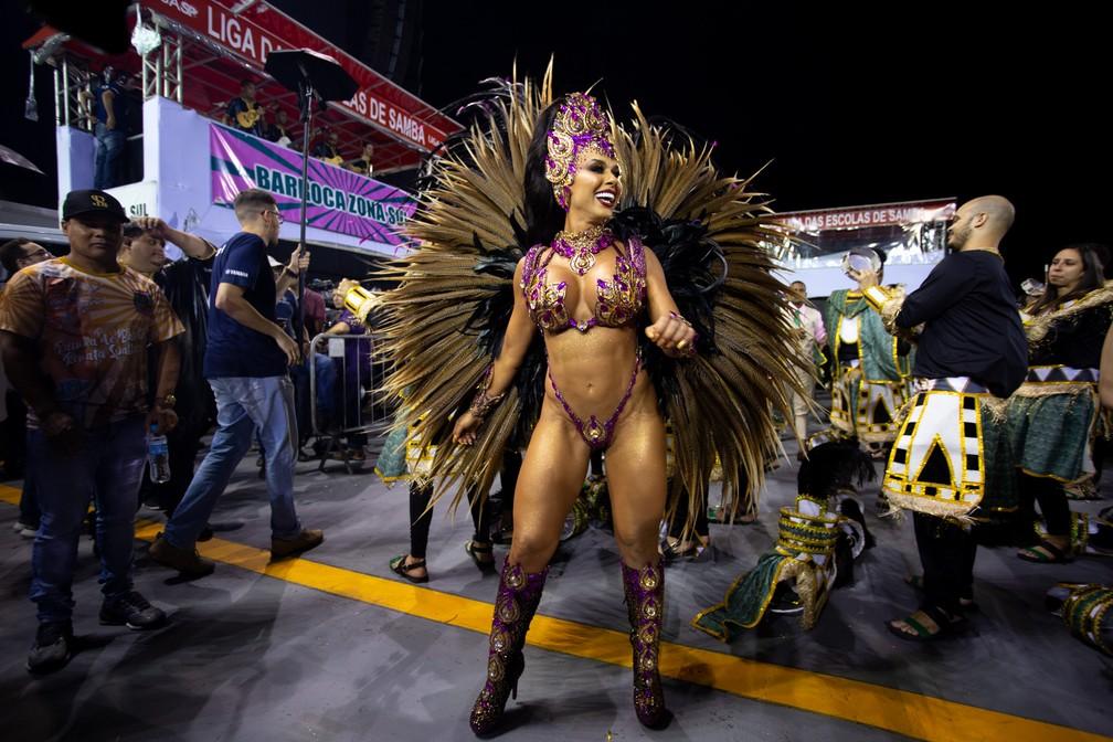 Rainha de bateria da Barroca Zona Sul aguarda início do desfile — Foto: Marcelo Brandt/G1