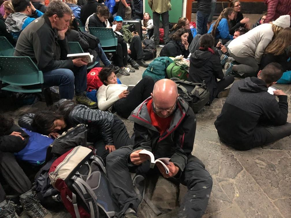 Pessoas aguardam por um trem depois de acidente em Machu Picchu, no Peru (Foto: Fernanda Lourenço/G1)