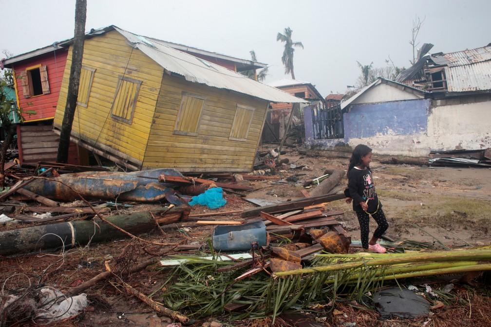 Menina passeia nesta quarta-feira (18) em meio ao rastro de destruição causado pela tempestade Iota em Puerto Cabezas, Nicarágua — Foto: Oswaldo Rivas/Reuters
