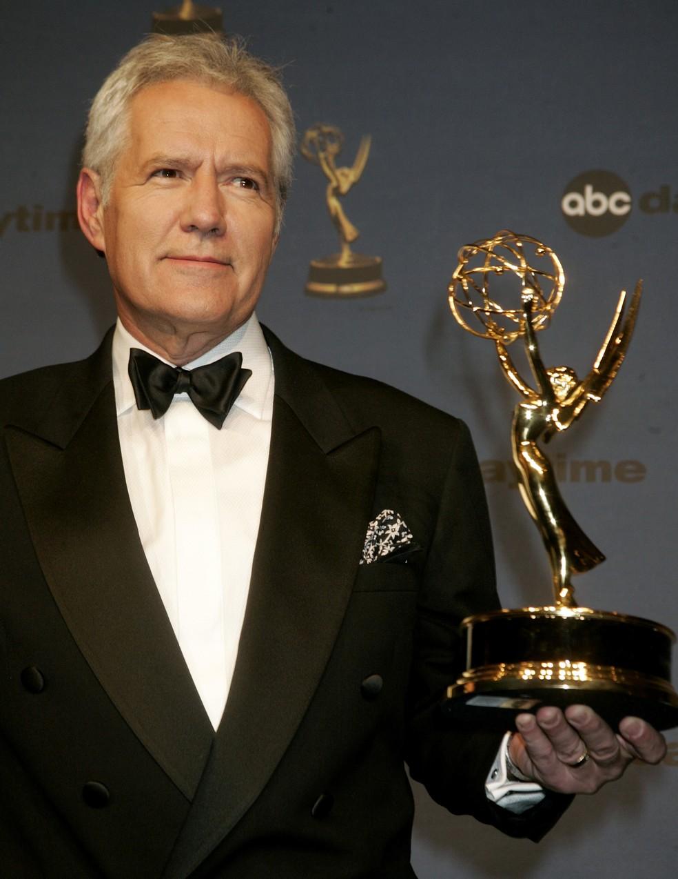 Alex Trebek, apresentador do game show 'Jeopardy!' posa com seu prêmio Emmy no 33º Daytime Emmy Awards em Hollywood, na Califórnia, em abril de 2006 — Foto: Fred Prouser/Reuters/Arquivo