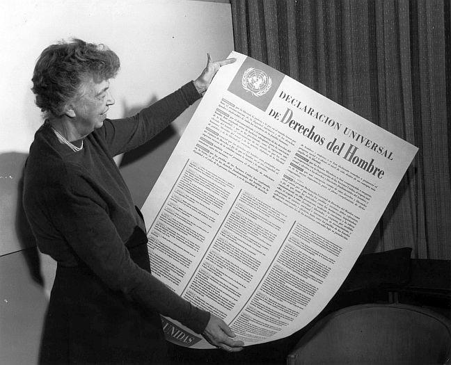 Eleanor Roosevelt exibe cartaz contendo a Declaração Universal dos Direitos Humanos, 1949 (Foto: ONU)