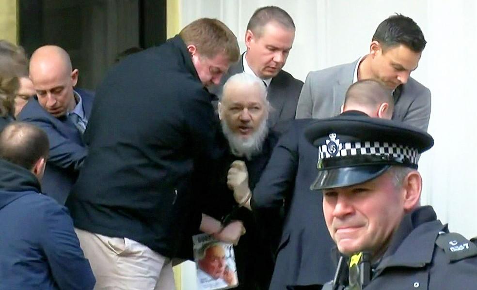 Momento em que o fundador do WikiLeaks, Julian Assange, foi preso na embaixada do Equador em Londres — Foto: Reprodução/RUPTLY