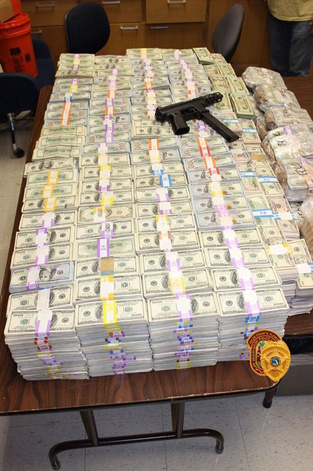 Polícia de Miami encontrou US$ 24 milhões em notas de US$ 100 escondidas nas paredes da casa de um suspeito de tráfico de maconha (Foto: Reprodução/Twitter/Miami Dade Police)